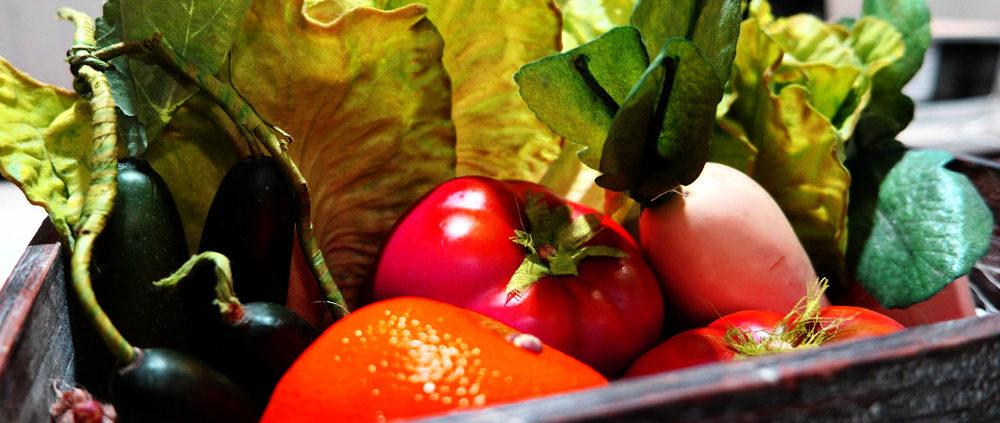 Gemüse und Obst in einer Lieferkiste