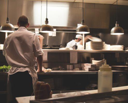 Koche in Küche