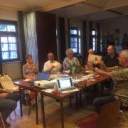 Sitzung mit mehreren Menschen in der Pfarre Hollabrunn