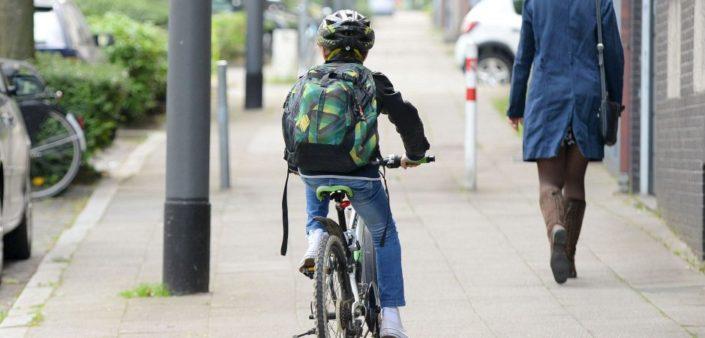 Schulkind mit Fahrrad