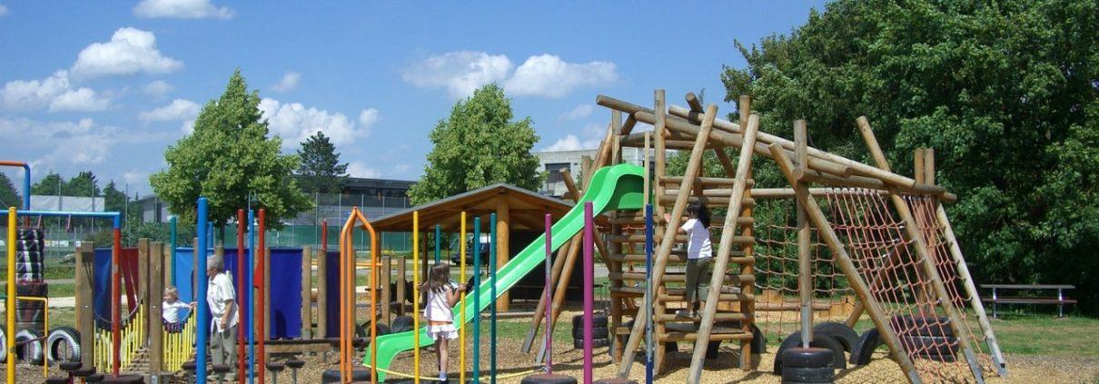Kinderspielplatz mit verschiedenen Geräten