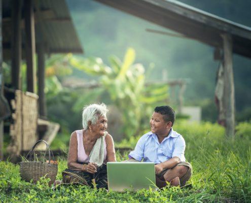Bub und Oma mit Laptop